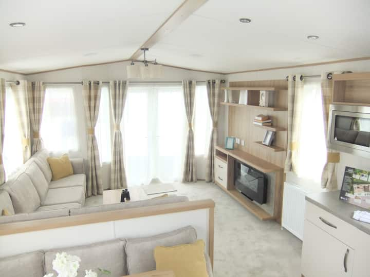 3 bedroom modern caravan close to beach