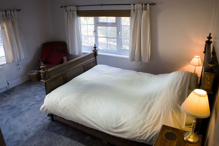 Sunny Double room in Old Cottage