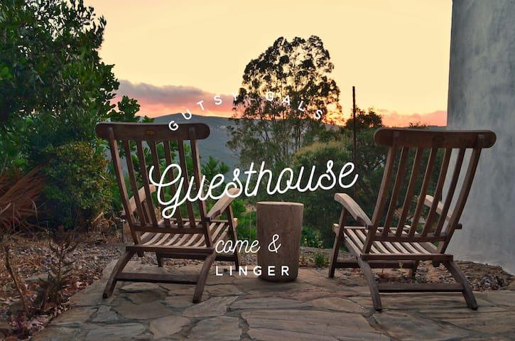 Gutsy Gals Guesthouse - Beautiful lake views!