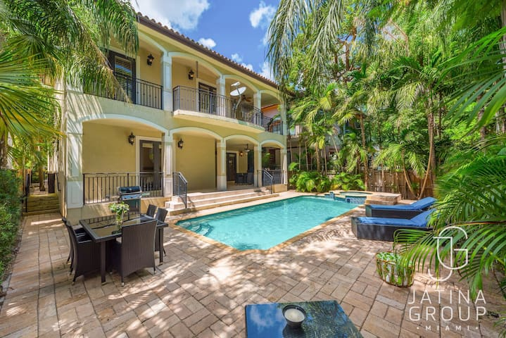 Huge Villa in the heart of MIAMI pool! Fits 20