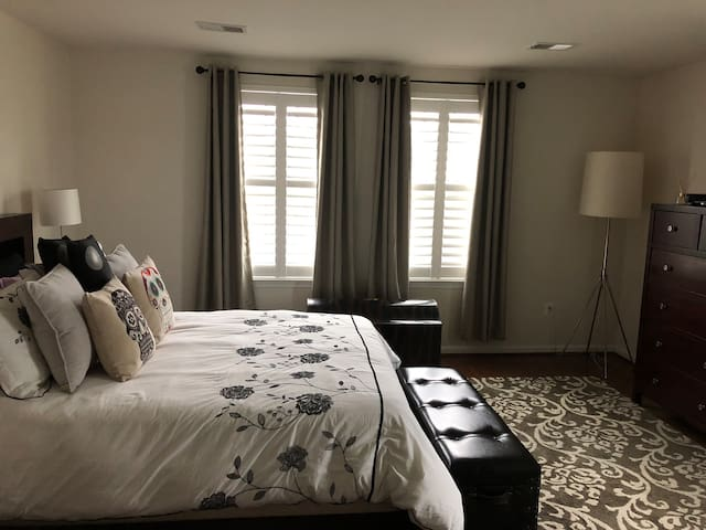 Private master bedroom, queen bed/private bath