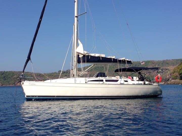 40ft Luxury Yacht & Crew. Cruise Phuket & Phi Phi.