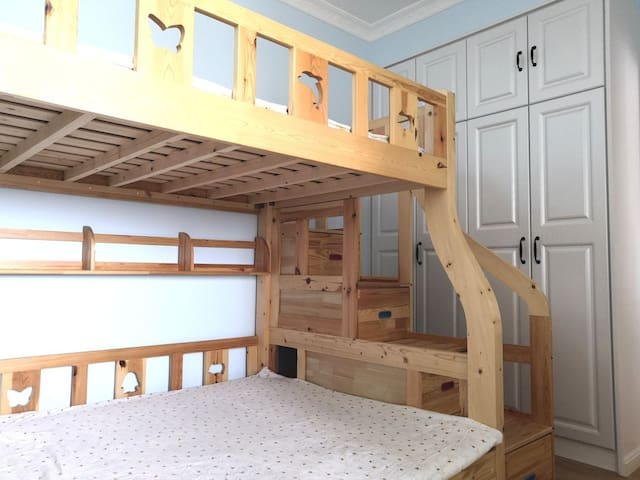 次卧:上下铺,下床1.5米宽,上床1.3米宽,柜式梯更安全