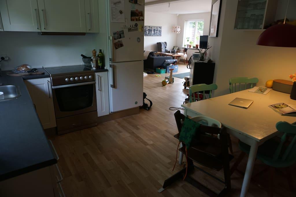 Køkken med åben adgang til stue og entre