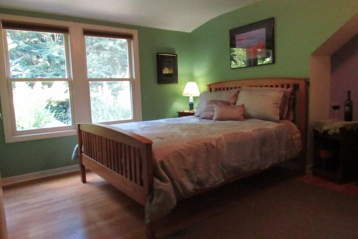 Woodland Paradise with queen bed & private bath