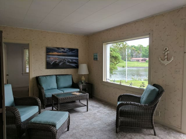 "Cozy family ""get away"" on the Inland Waterway"