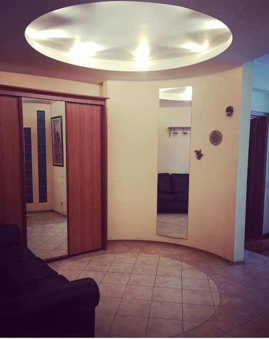 вид при входе в апартаменты - холл (слева гардероб)
