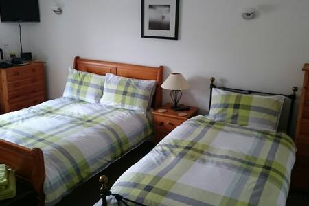 Bright Cosy Room in Centre of Town - Tain - House
