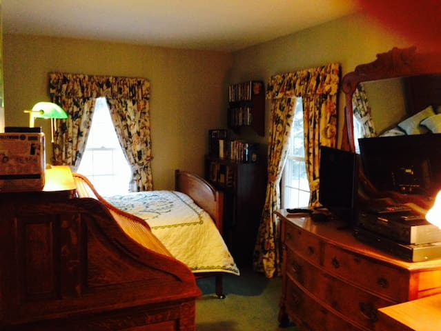 One private bedroom with bath at Aiken Manor - Franklin