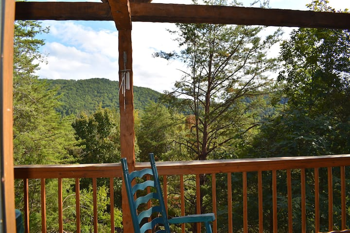 Mountain Views & Easy Drive + HOTTUB! Pigeon Forge