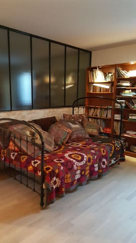 Lit-canapé dans supersouplex loft.