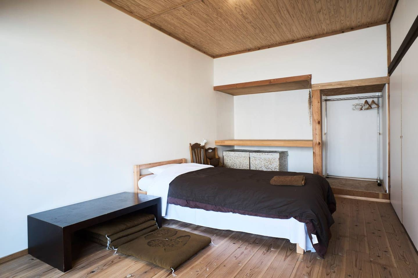The natural style room, which fits up to 2 people. There are  bed, Free Wi-Fi,  towel.