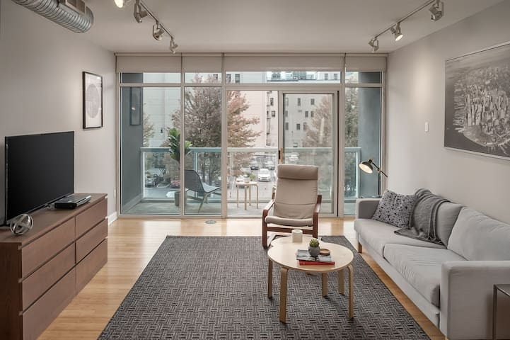 Bright Modern Condo  - Heart of Downtown -Parking!