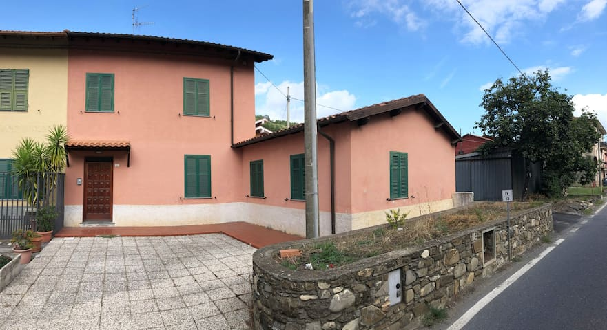 Villa privata con giardino nell'entroterra ligure