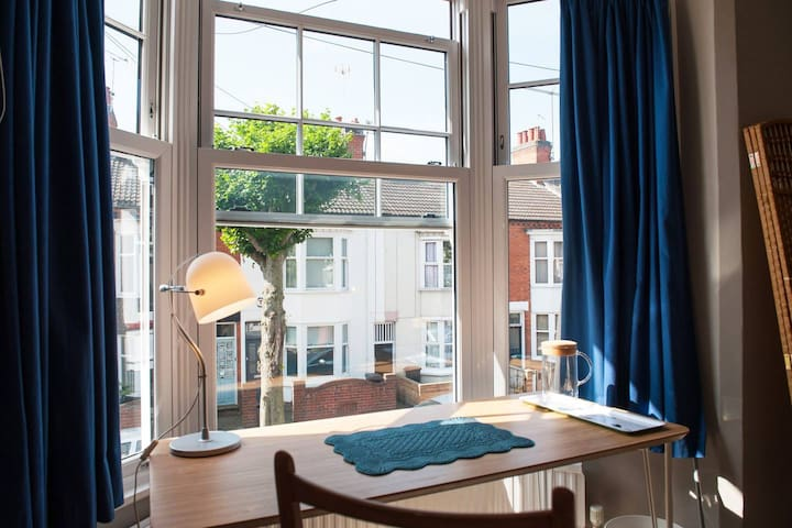 Leicester Spaciousness for groups, 2 rooms 1 bath