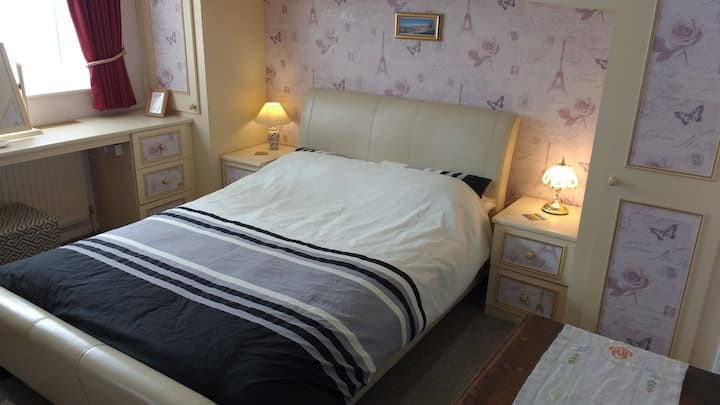 Large Peaceful Double En-Suite Bedroom in Leyland