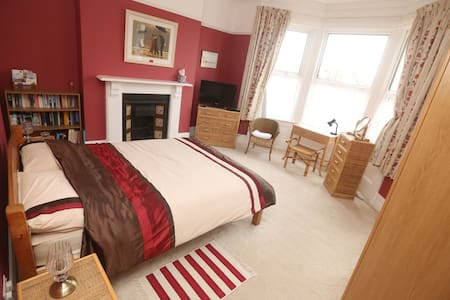 Spacious, light room, double bed - Margate - Bed & Breakfast