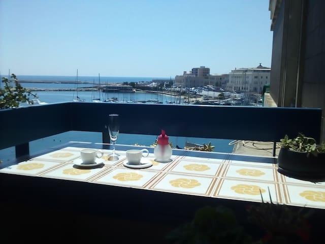 Il balcone con vista sull'sola di Ortigia