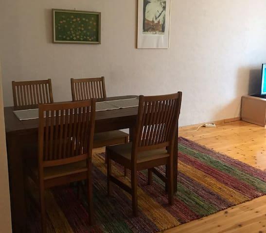 Olohuoneessa isompi ruokapöytä.