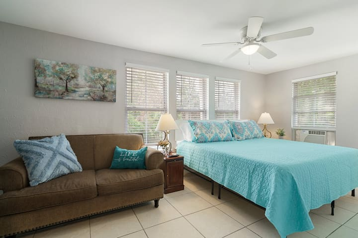 ★Upstairs King Bedroom with Couch & Smart TV★