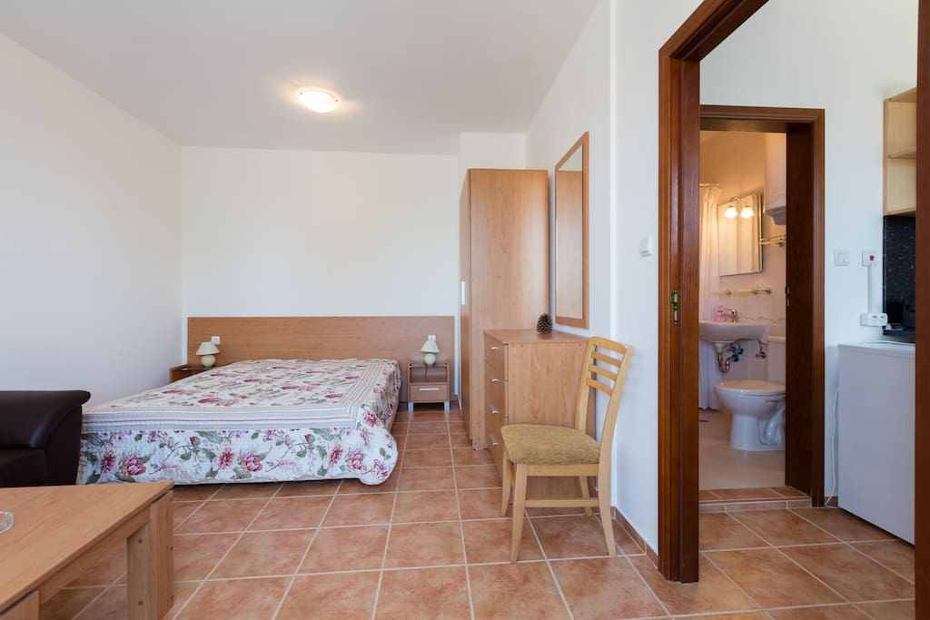В апартаментах есть 2-х спальная кровать с ортопедическим матрасом и 2х спальный раскладной кожаный диван. Кондиционер. Также в распоряжении гостей полотенца и постельное белье.Шкаф,комод.