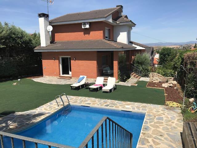 Chalet independiente con jardín y piscina