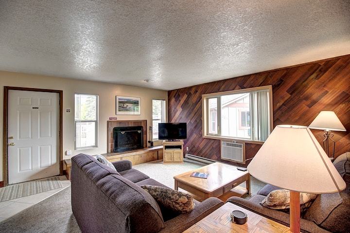 Single Level Condo w/Mountain View Sleeps 6