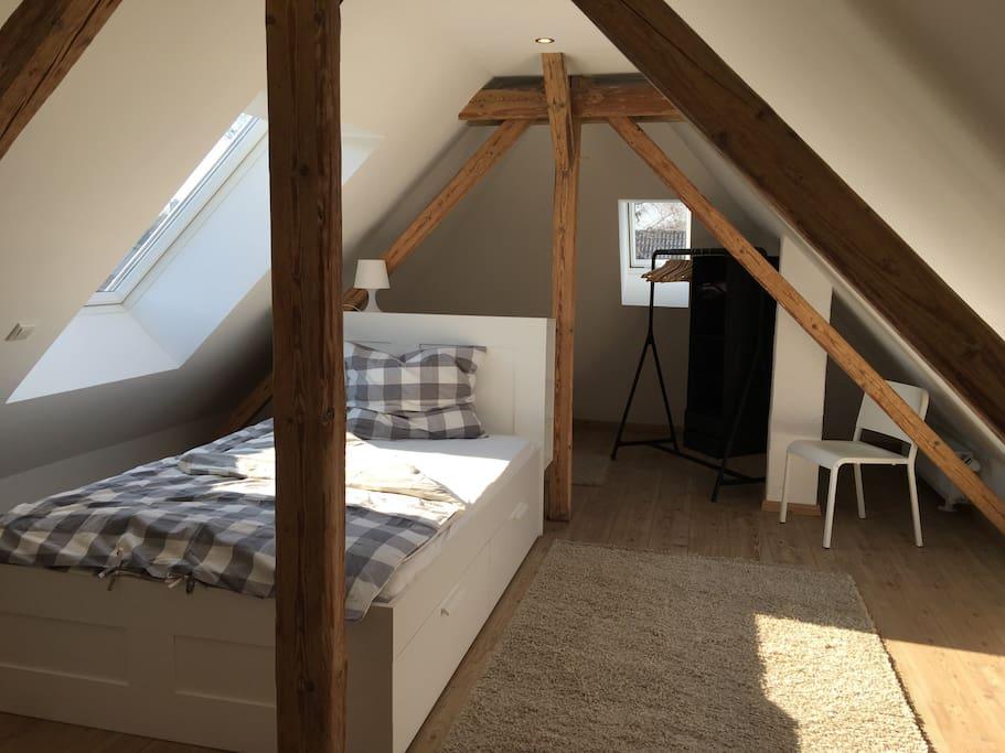 Bequemes Bett 140 x 200 mit 7-Zonen-Kaltschaummatratze, Garderobenständer und Kommoden