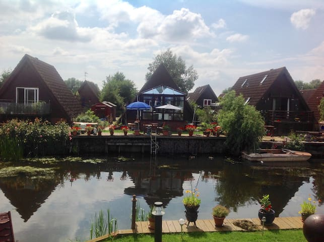 Delightful lodge on river marina, fully-furnished - Ely - Casa