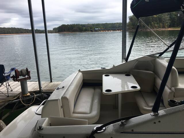 (L-8) STAY ON A 30 ft BOAT ON LAKE HARTWELL.