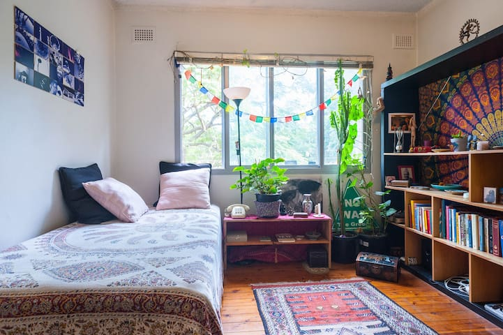 Affordable private room close to Newtown/Airport