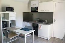 cuisine équipée : plaques vitro céramique, frigo, four traditionnel et micro onde