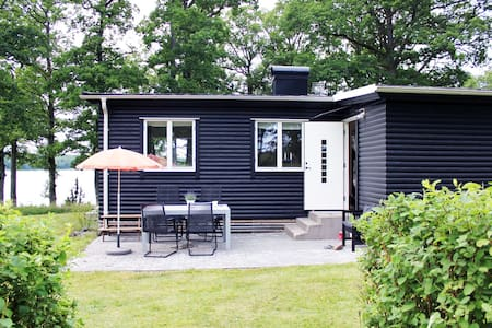 Charmig stuga med altan vid sjö - Slumsvik - 小木屋