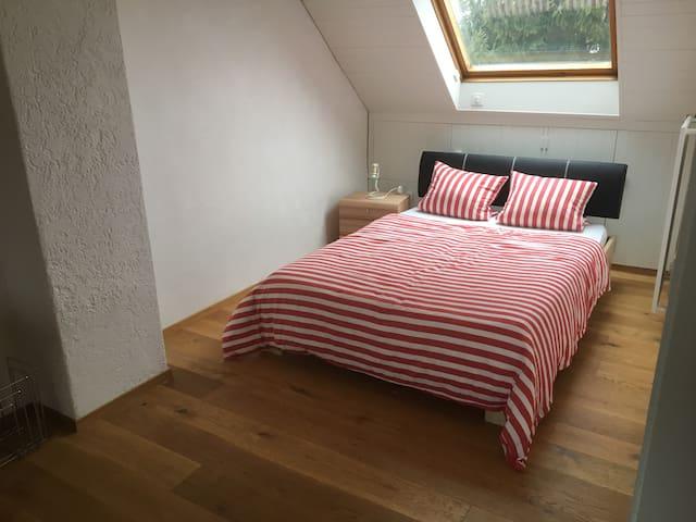 Grosses Zimmer in kleinem Häuschen mit Garten