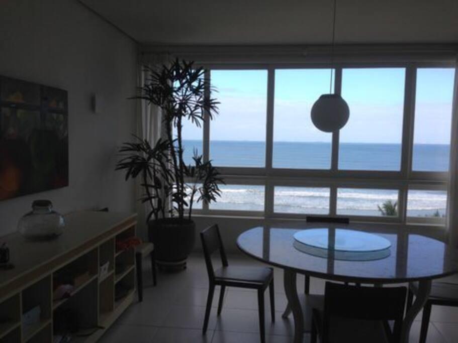 Disponibilizamos toalha de mesa e baralhos para uma jogatina ao som do mar.