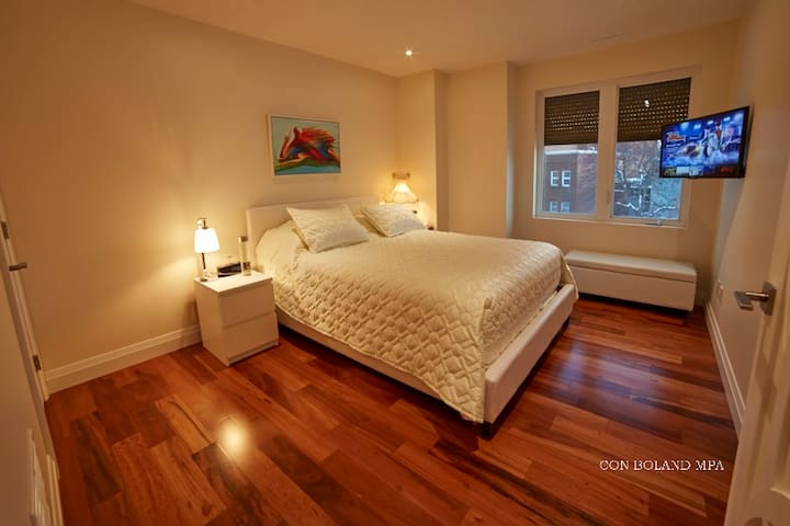 Queen Bedroom with Fine Linens and 4K TV - 2 - เอดมันตัน - บ้าน