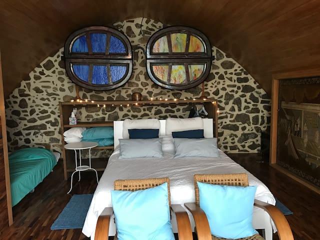 Habitació amb llits supletoris de nens desplegats