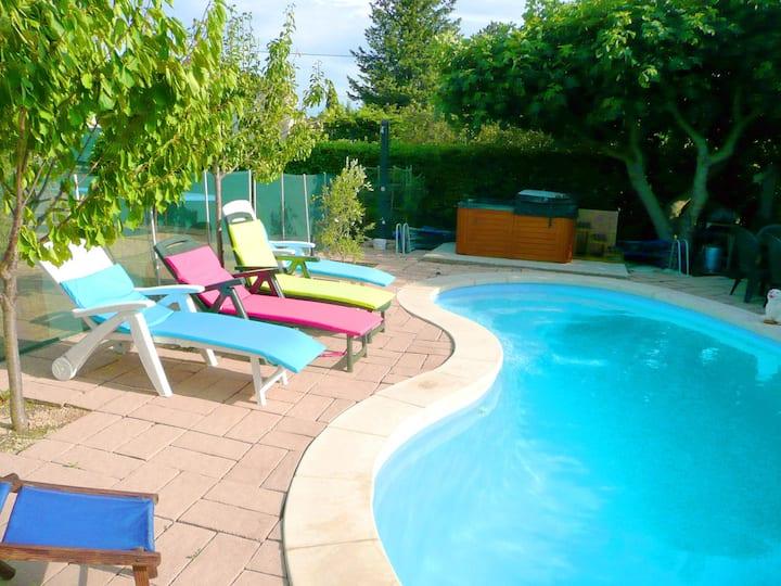 Chalet piscine soleil Provence calme 8 km Avignon