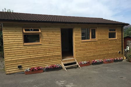 Log Cabin with full diabled facilities and quite - Garnant - Kabin