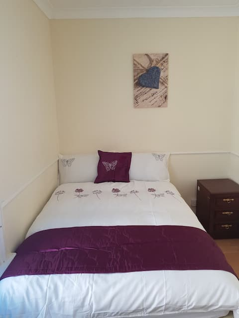 Cosy Double Bedroom in Beautiful House.
