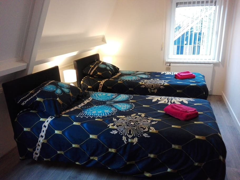Tuinkamer, bed is seperated in 2 single beds