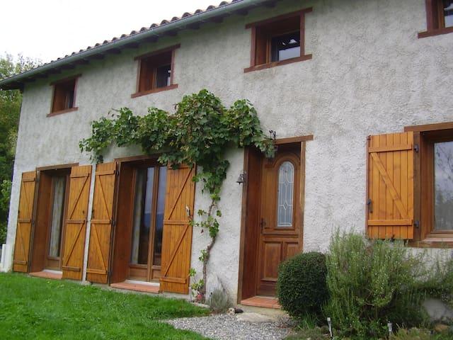 Maison entourée de verdure - Caumont - Casa