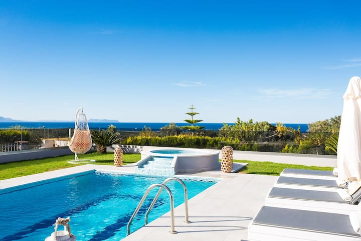 25 m2 private swimming pool and outdoor jacuzzi...everything you need on a hot summer day!