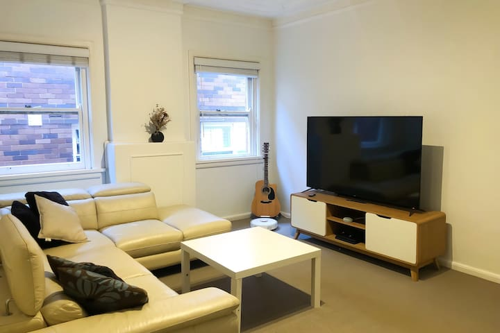 Spacious Two Bed Apartment - 250m from the Beach