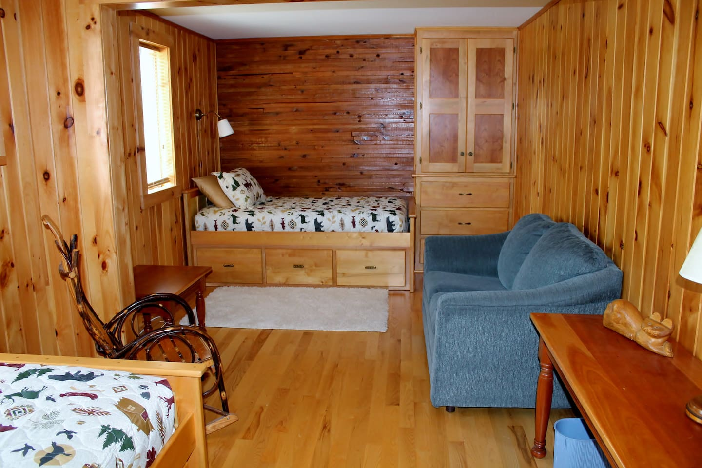 Large bedroom with sitting area, desk and 2 beds