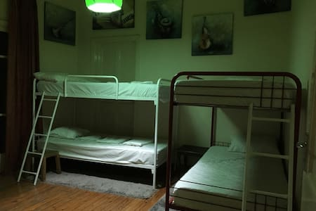 OXI Hostel. Share and private rooms at old town. - Hus