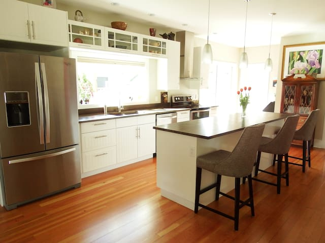 Beautiful Home in Historic District - Powell River - House