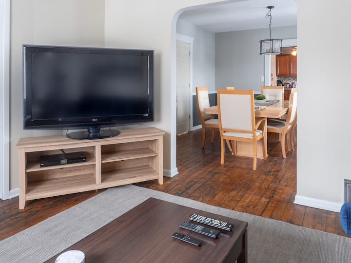Spacious Family Retreat | 5★ Location, ♛Queen Beds