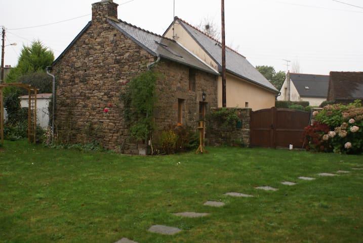 Petite maison 1 salon, 1 ch, 1sd'o, pas de cuisine - Plouézec - Huis