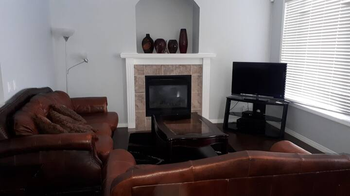 4 Bedroom Home in Royal Oak, Country Hills